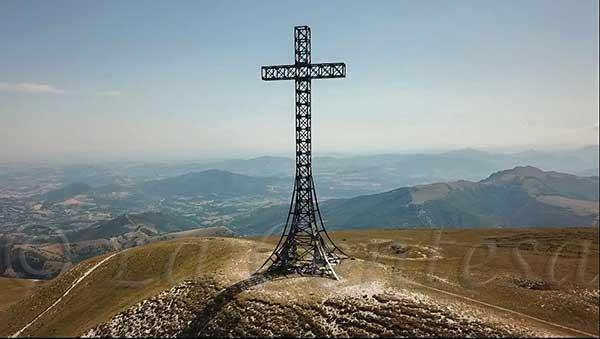 Croce sulla vetta del monte Catria.
